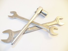 Nous conseillons une clé à douille Facom pour les bricoleurs