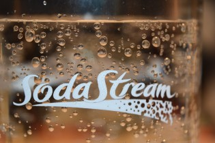 Comment fonctionne Sodastream la machine à eau gazeuse et soda ?